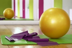 Mit einfachen Sportgeräten kann in das Fitnesstraining Zuhause gestartet werden