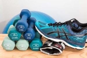 Der richtige Sportschuh gehört zur optimalen Fitnessbekleidung